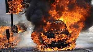 На Закарпатье посреди дороги загорелся автомобиль с женщиной и ребенком