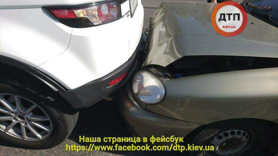 В Киеве на Печерске столкнулись сразу три автомобиля (фото)