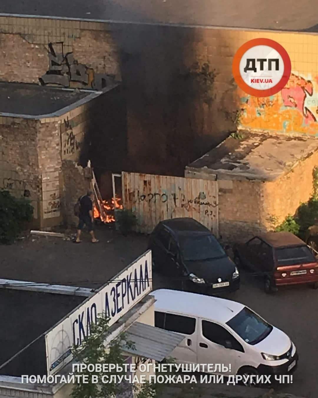 В Киеве люди с помощью сигнализаций спасали припаркованные автомобили от пожара (фото)