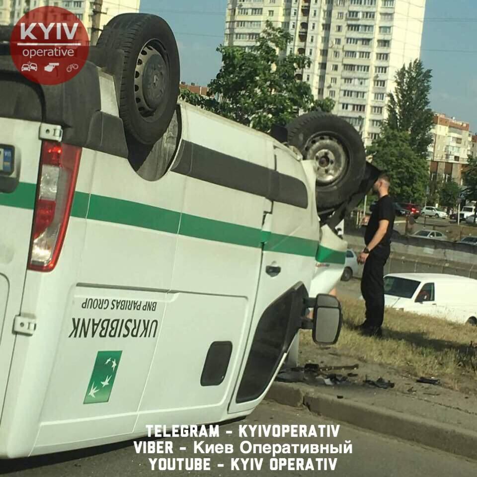 В Киеве произошло ДТП при участии инкассаторского автомобиля (фото)