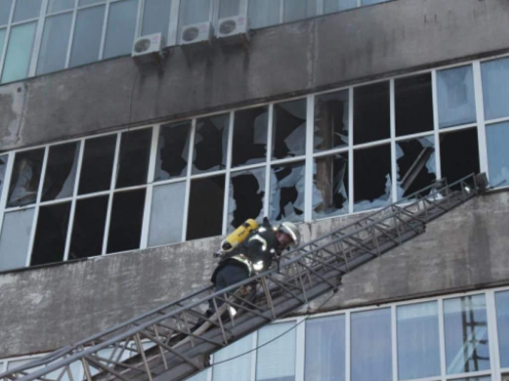 В Киеве в цехе по производству спортивной обуви произошел серьезный пожар (видео)