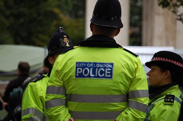 На востоке Лондона неизвестный облил кислотой троих человек