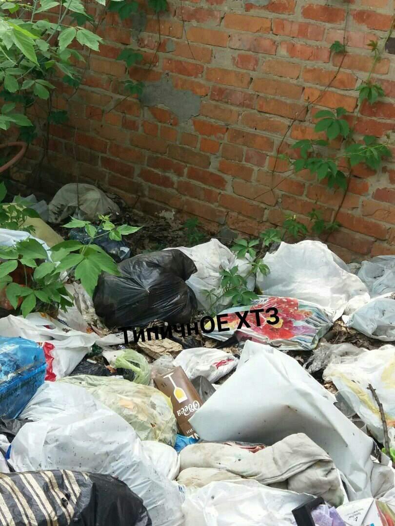 В Харькове возле военкомата образовалась большая мусорная свалка (фото)