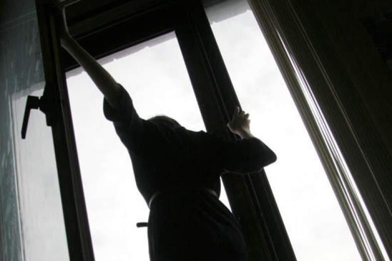 На Харьковщине женщина спасаясь от избиения выпрыгнула в окно