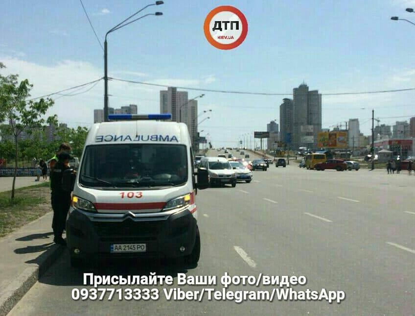 В Киеве автомобиль сбил девушку-пешехода (фото)