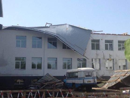 В Сумской области в одной из школ ветром сорвало крышу (фото)