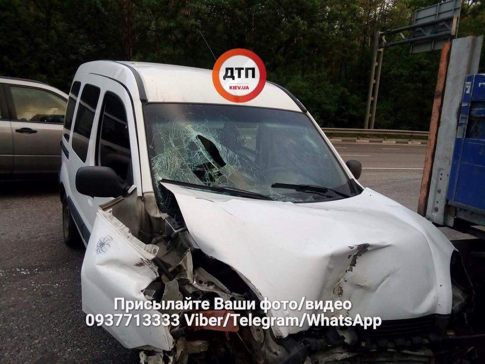 Под Киевом водитель легковушки въехал в тягач: есть пострадавшие (фото)