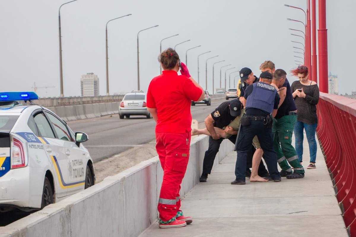 В Днепре пьяный мужчина пытался спрыгнуть с моста