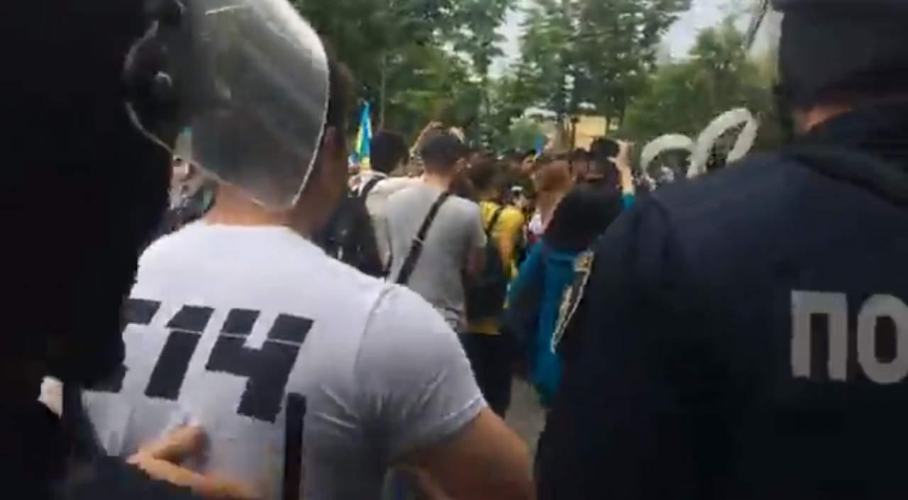 В Киеве с шествия в знак 9 мая полиция выставила за периметр участников