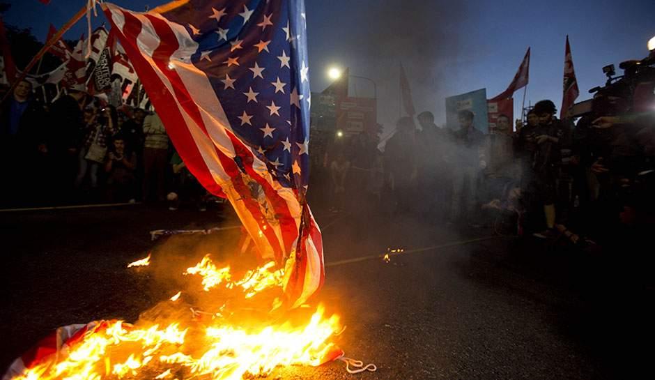 В Иране сожгли флаг США