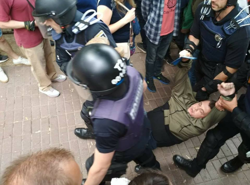 В Киеве полицейские вынесли активиста