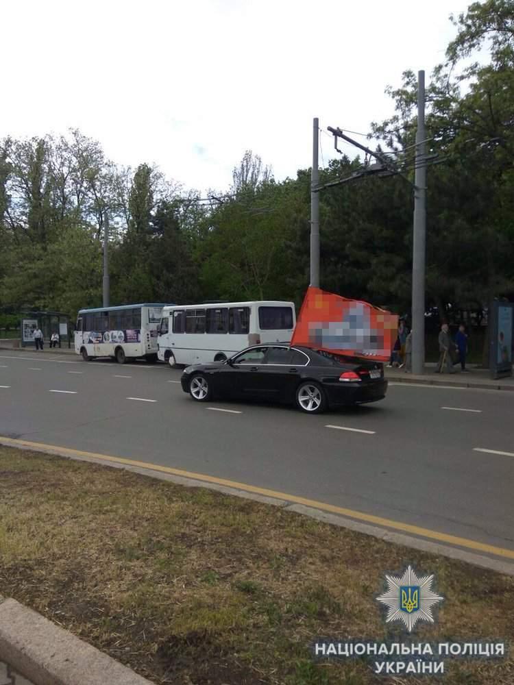 В Одессе задержали автомобиль с красным знаменем и советской символикой (фото)
