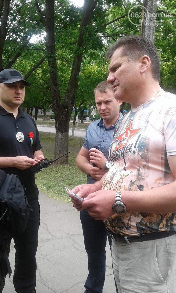В Мариуполе возле памятника жертвам фашизма задержали мужчину в футболке с надписью