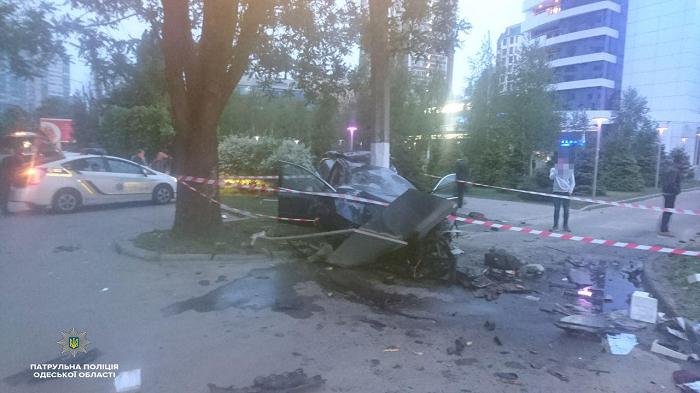 В Одессе водитель не справился с управлением и въехал в бетонную электроопору (фото)
