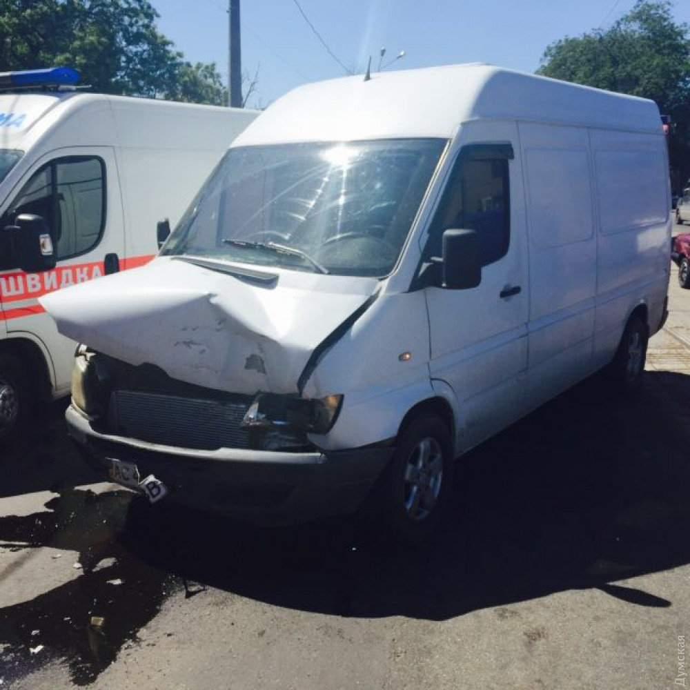 В Одессе  контейнеровоз  столкнулся с микроавтобусом и  протаранил стену дома, один человек пострадал
