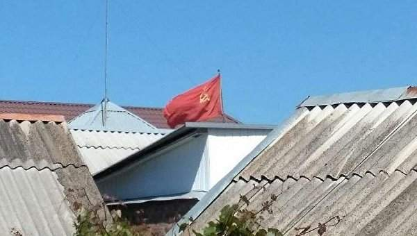В Запорожской области мужчина вывесил флаг СССР на своем доме