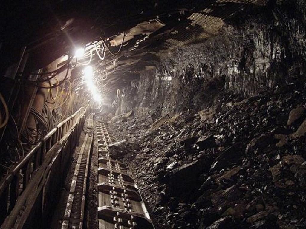 В  Кривом Рогу произошла авария на шахте, завалило шахтера