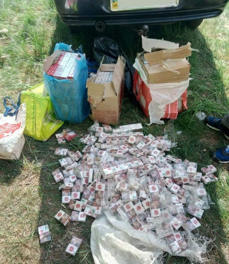 В Житомирской области пойман мужчина, который подобрал 800 пачек белорусских сигарет, выброшенных из питерского поезда