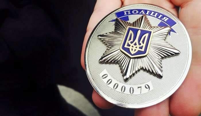 Во Львове мужчина бросился на автомобиль патрульных и повредил его (видео)