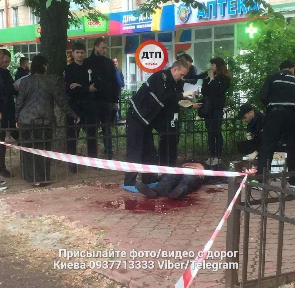 Жестокое убийство в Киеве: погибшего ударили ножом в шею (фото)