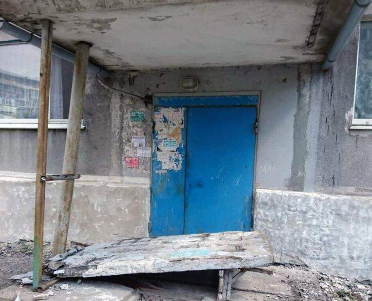 В Донецкой области на детей обрушилась бетонная конструкция подъезда (фото)