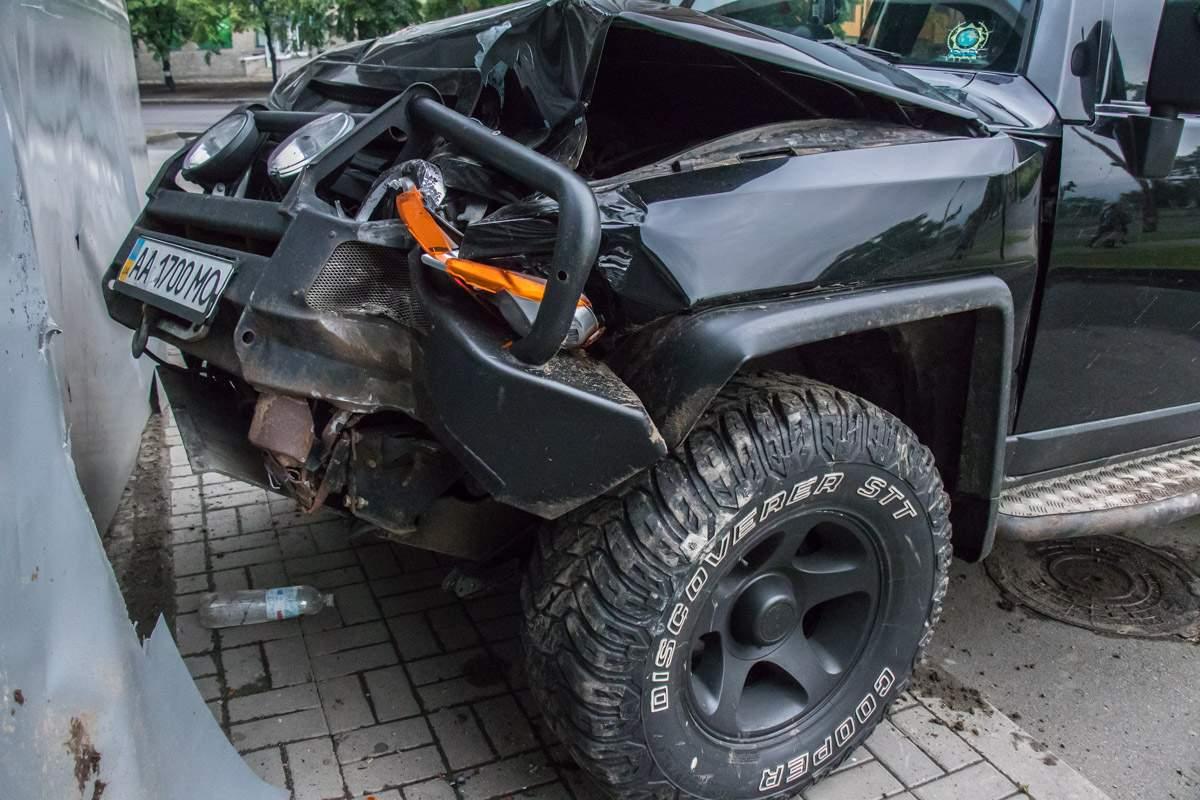 «Такой себе отец»: В Киеве мужчина въехал в здание ТЦ, после чего сбежал бросив жену и ребенка (фото)