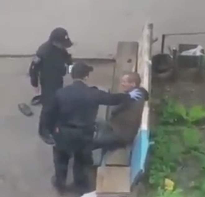 «Бесчеловечность в рядах полиции»: В Сумах патрульные издевались над бездомным (видео)