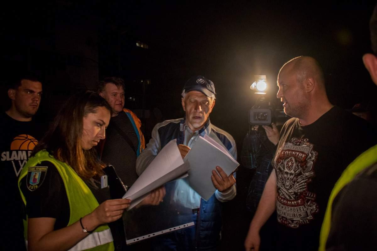 Ночью в Киеве пытались демонтировать автостоянку: произошли столкновения с полицией (видео)