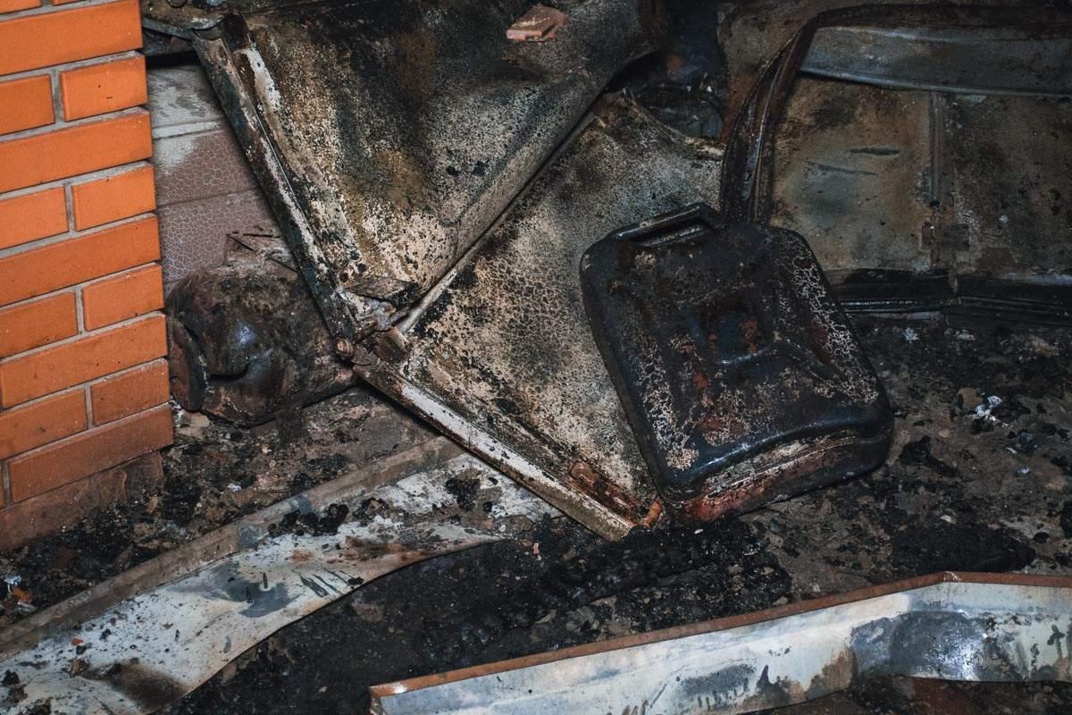 В столице сгорел гараж в котором находились 5 автомобилей (видео)