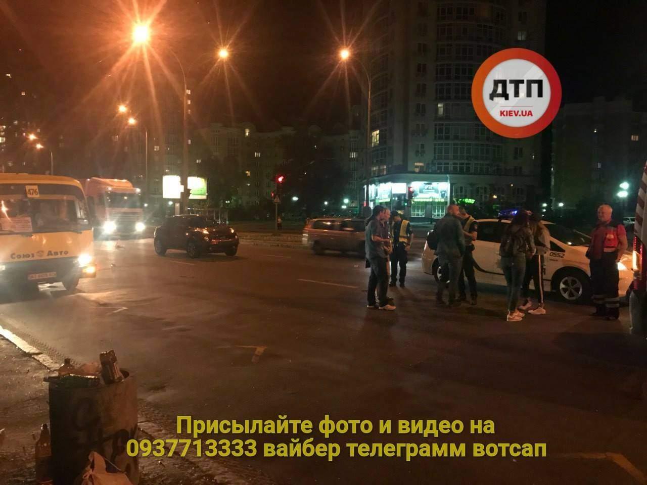 В столице девушка перебегала дорогу в неположенном месте и угодила под автомобиль (фото)