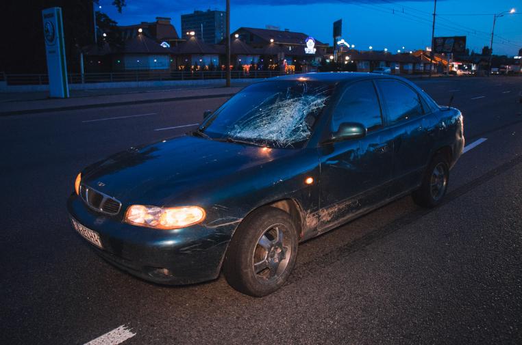 В столице девушка убегая от преследования попала под колеса автомобиля (видео)