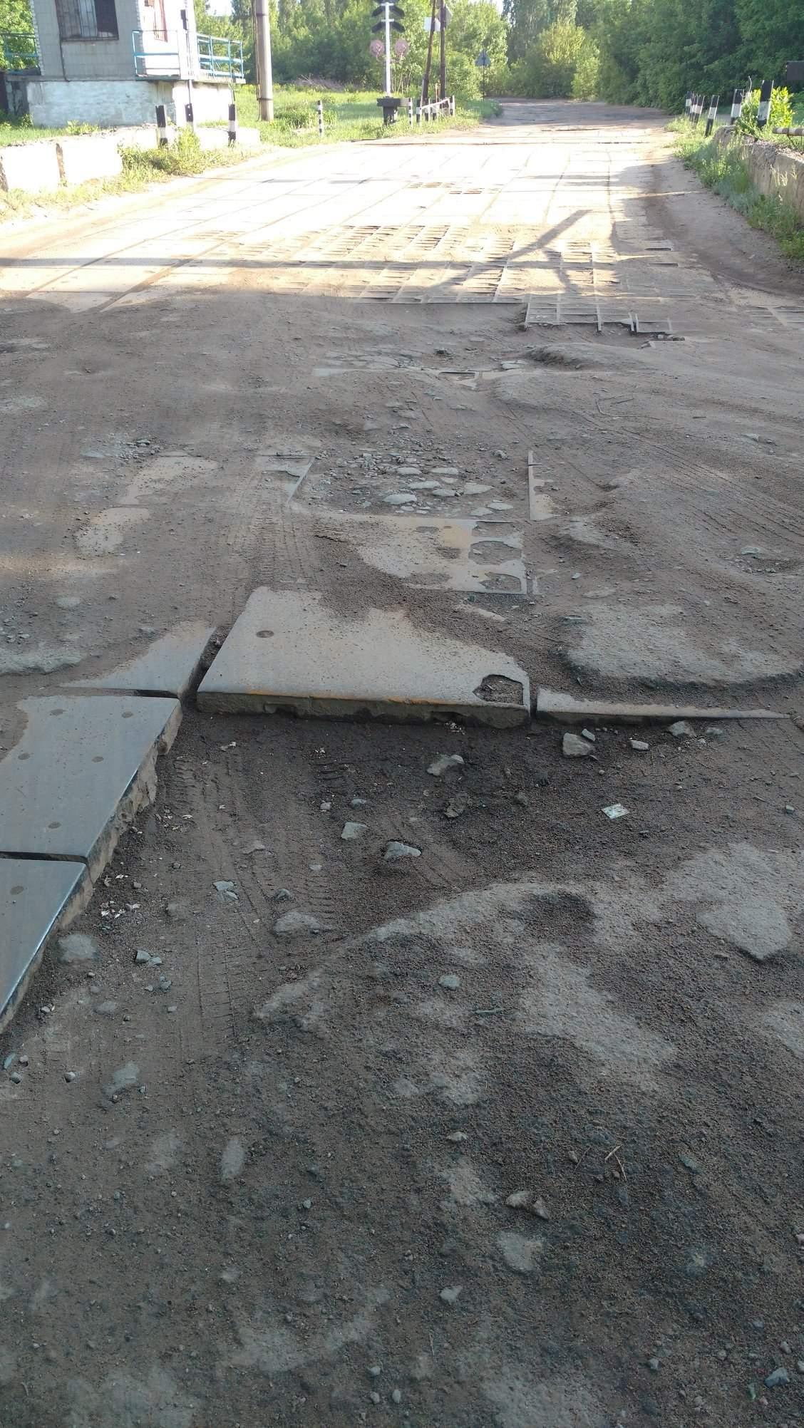«Яма на яме»: В одном из районов Харькова дороги совсем нет (фото)