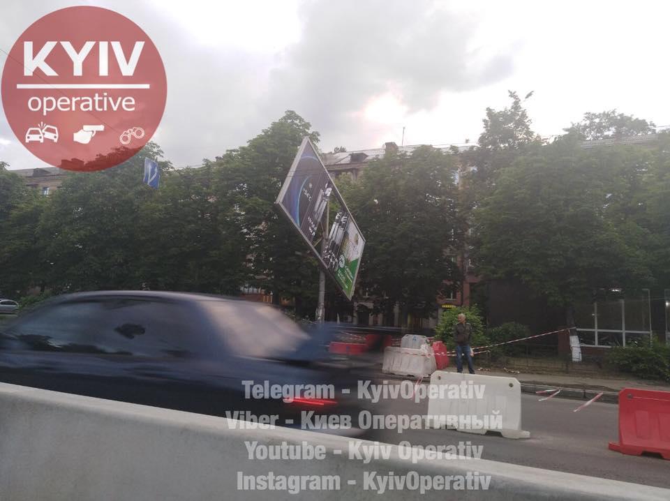 В Киеве аварийный билборд может упасть на дорогу и травмировать людей