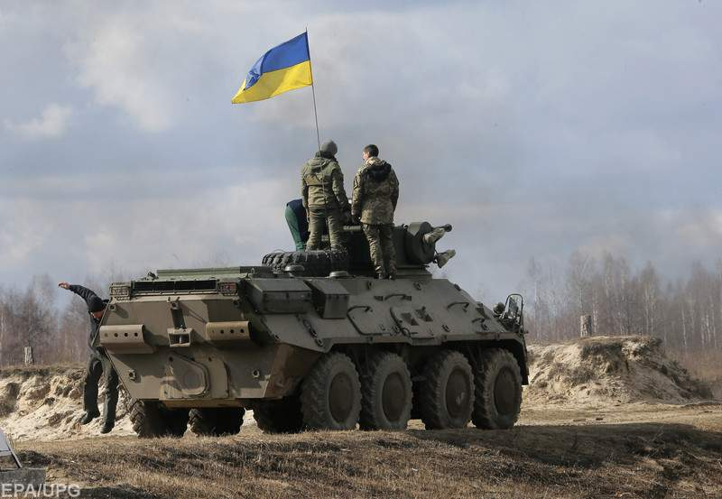В районе проведения ООС на взрывном устройстве подорвался украинский военнослужащий