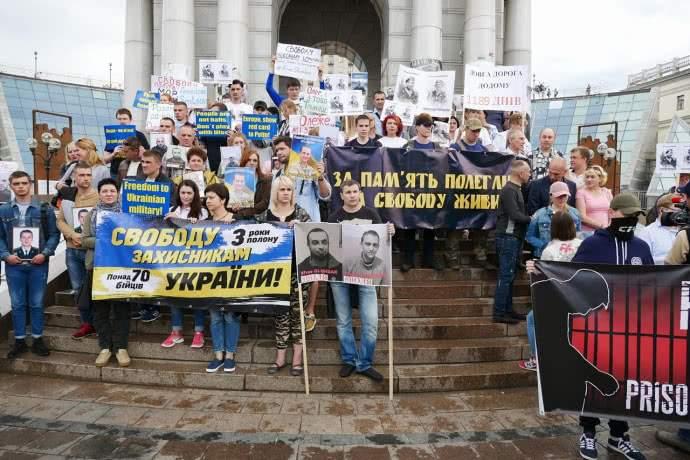 В Киеве на Майдане радикалы провели марш