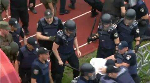 В Черкассах ультрас устроили драку с полицией (фото)