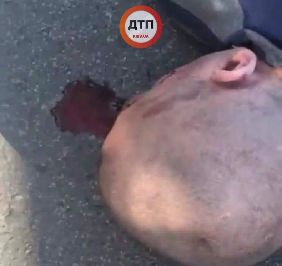 В Киеве маршрутный автобус сбил мужчину (фото)
