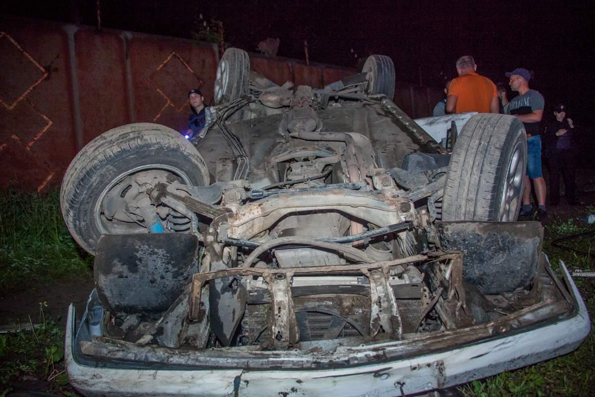 В Днепре автомобиль Mercedes вылетел на проезжую часть и перевернулся (видео)