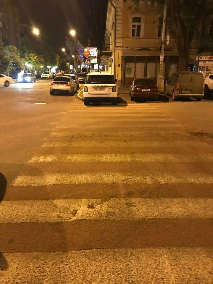 В Одессе мастер парковки оставил свой автомобиль прямо на пешеходном переходе (фото)