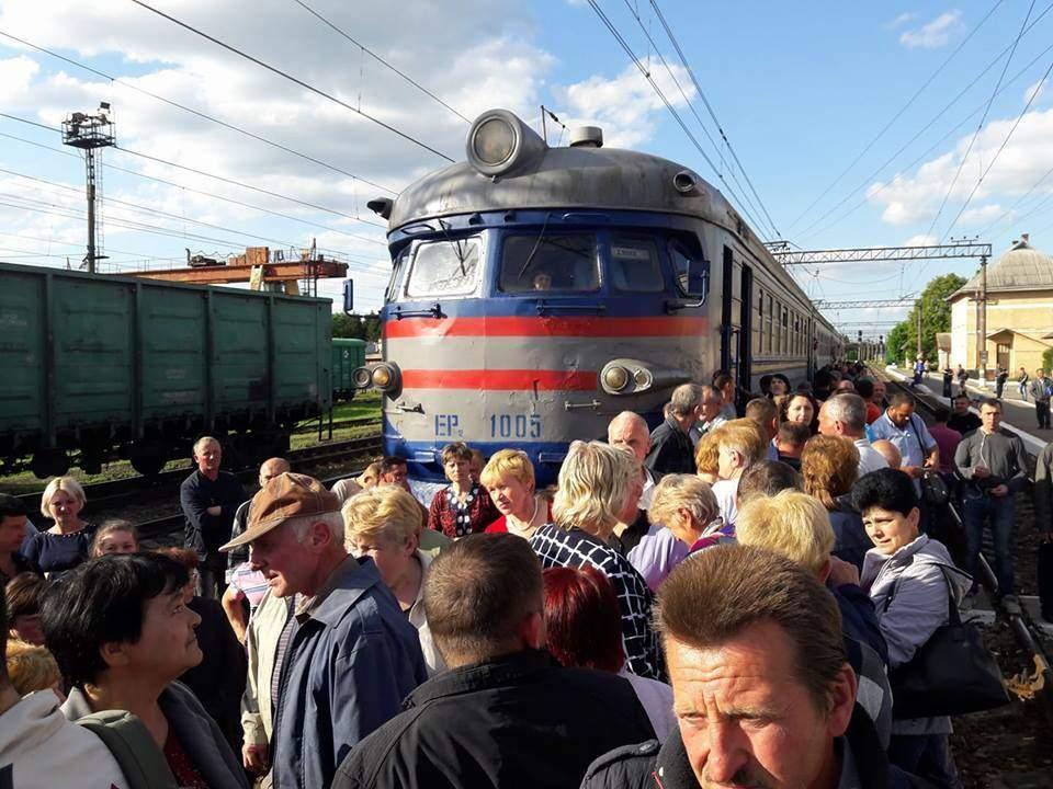 Во Львове пассажиры заблокировали движение двух поездов (фото)