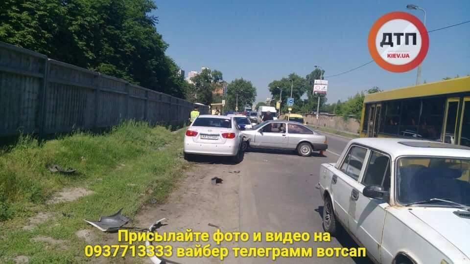 В Киеве девушка в наркотическом состоянии въехала в припаркованный автомобиль (фото)