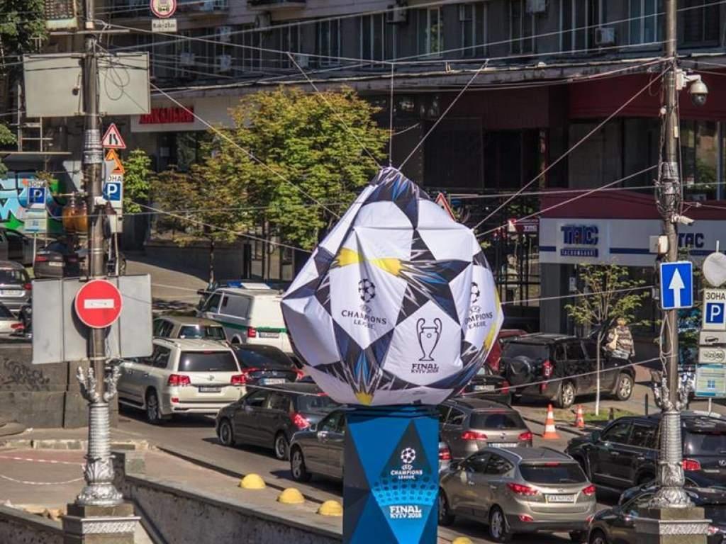 В столице сдулся один из мячей, установленных к финалу Лиги Чемпионов (фото)