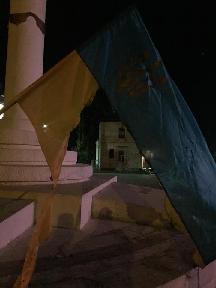 Во Львовской области мужчина пожог государственные флаги (фото)