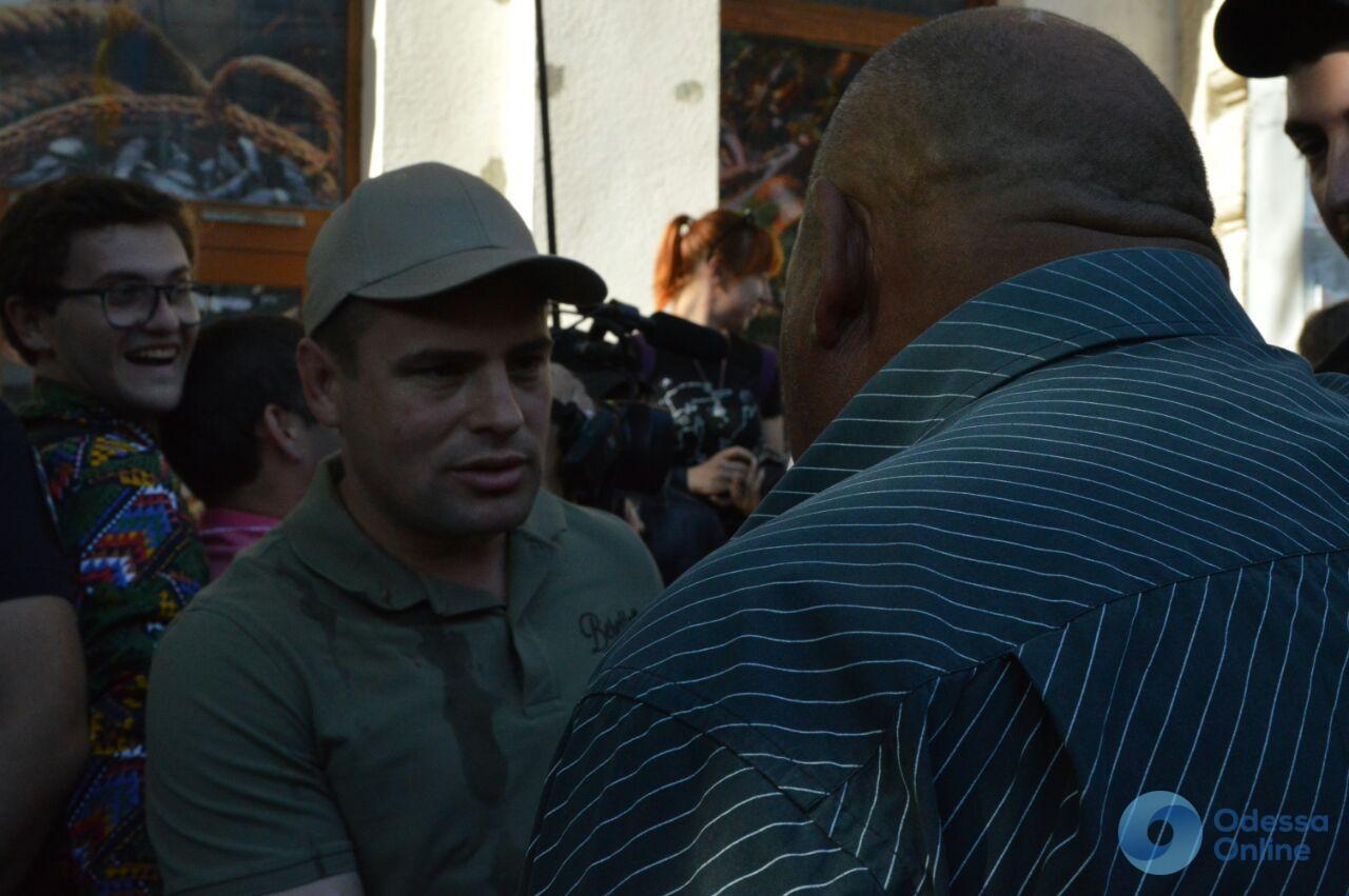 В Одессе прошел пикет: офис РГБ закидали яйцами, задержаны четыре человека (видео)