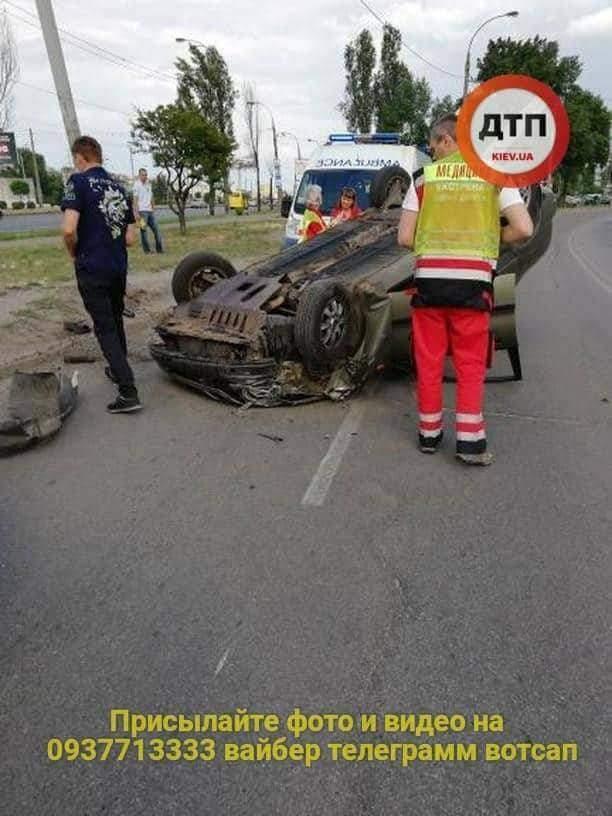 В Киеве перевернулся легковой автомобиль, есть пострадавшие (фото)