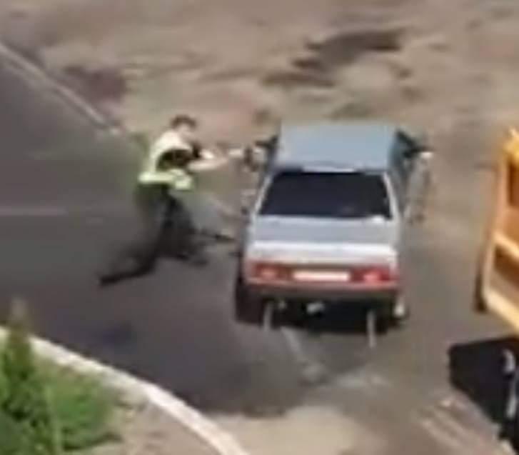 В Киевской области патрульный потерял свой автомат при задержании девушки-нарушителя на авто