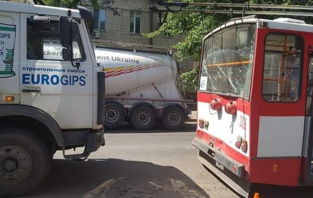 В Николаеве столкнулись троллейбус и грузовой автомобиль, пострадали два человека