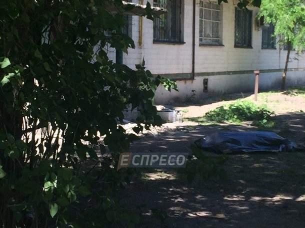 В Киеве мужчина разбился насмерть после падения с крыши многоэтажки (фото)