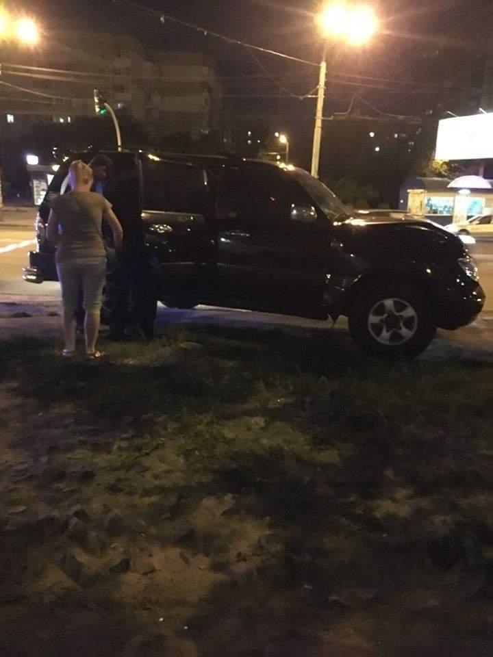 В Киеве на Троещине пьяный водитель на внедорожнике  врезался в дерево и вывалился из авто (фото)