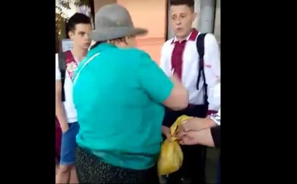 На праздновании последнего звонка во Львове пенсионерка брызнула из перцового баллончика в лицо девушке (фото)